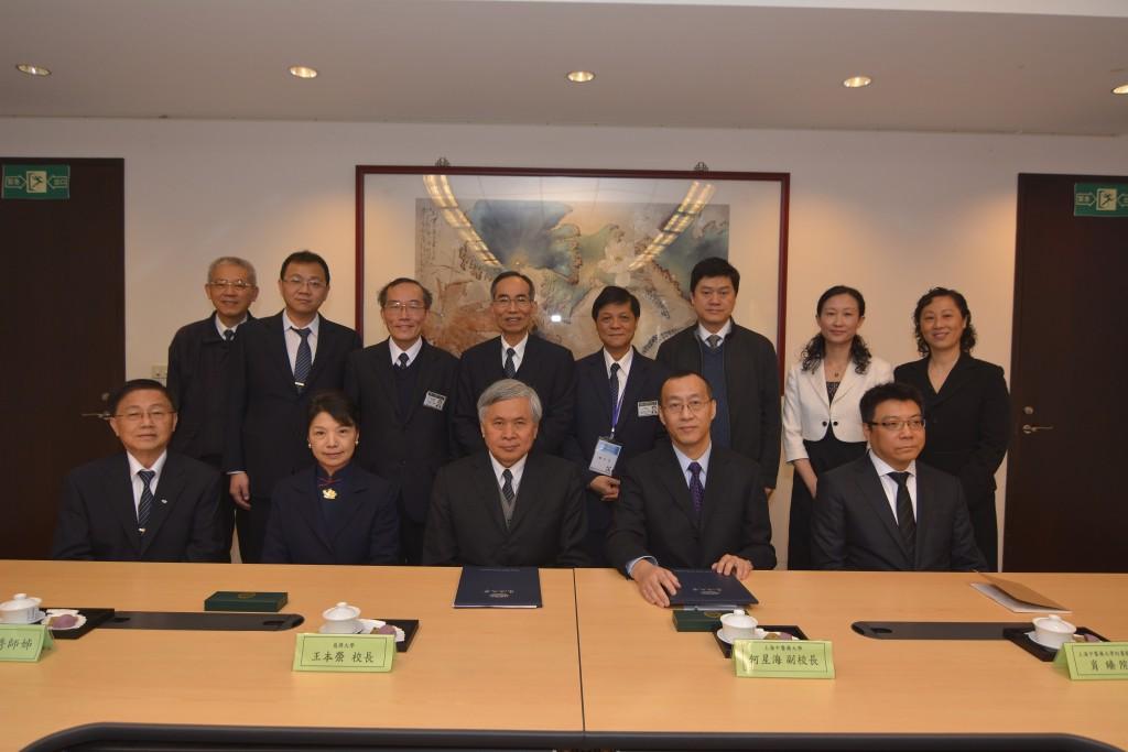 圖一:慈濟大學與上海中醫藥大學簽署姊妹校合約,由慈濟大學王本榮校長及上海中醫藥大學何星海副校長代表