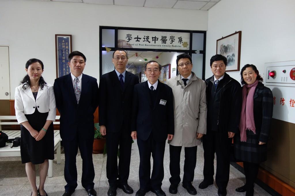圖三:上海中醫藥大學師長參訪慈濟大學,與學士後中醫學系林宜信主任合影