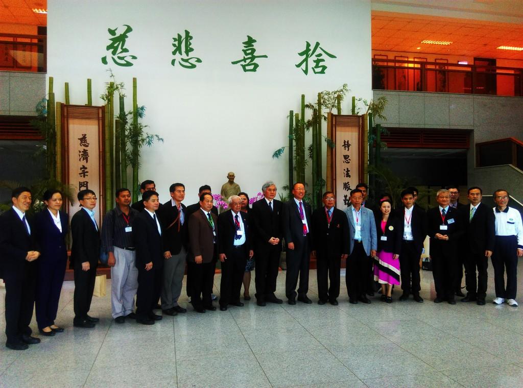 圖說一:慈濟大學王本榮校長與全球姊妹校代表合影